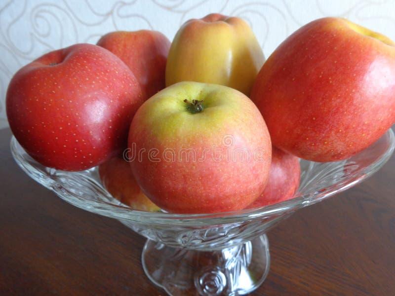 Sommer, schöne, köstliche Äpfel in einem Vase lizenzfreie stockbilder