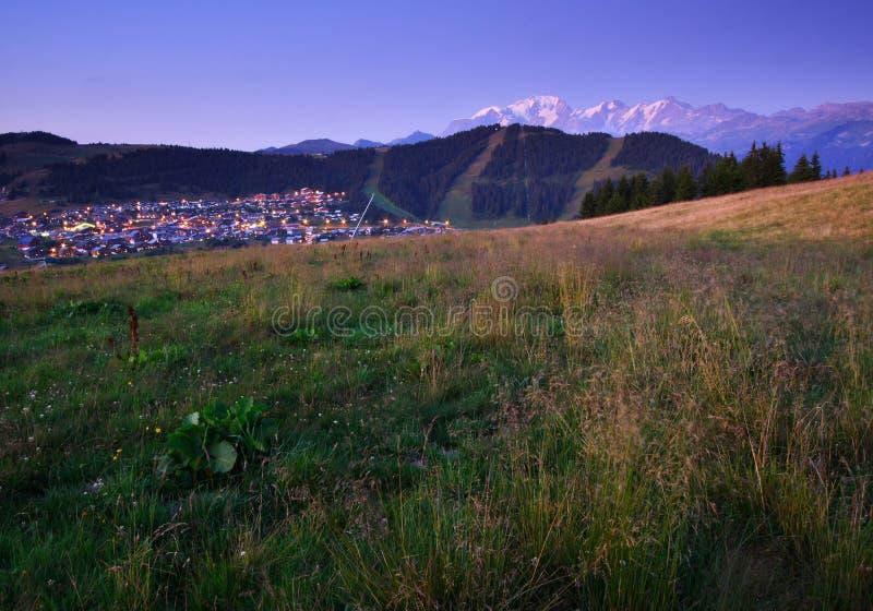 Sommer-Skiort nachts lizenzfreie stockfotos