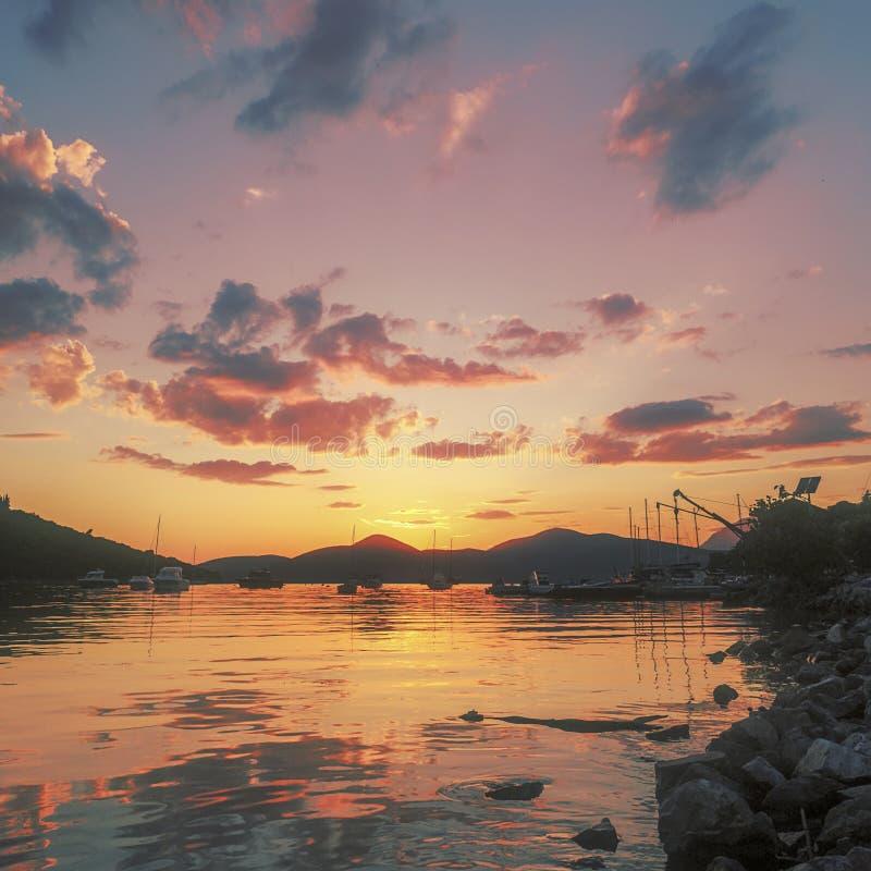Sommer-Sonnenuntergang-Segelboote und Yachten im Jachthafen stockbild