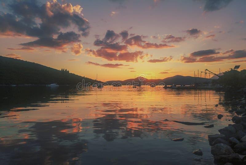 Sommer-Sonnenuntergang-Segelboote und Yachten im Jachthafen stockfoto