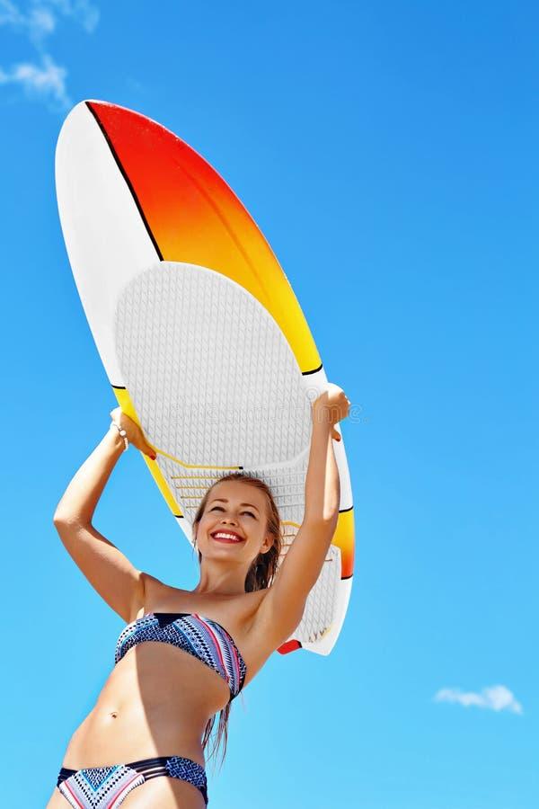 Sommer-Spaß, Feiertags-Reise-Ferien Surfen Mädchen mit Surfbrett lizenzfreies stockfoto