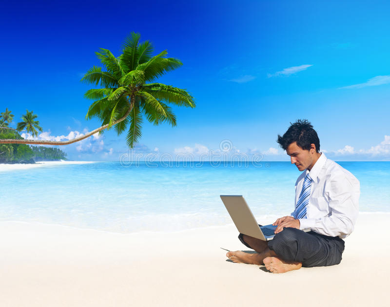 Sommer-Strand-reisender Geschäftsmann Working Concept lizenzfreie stockbilder
