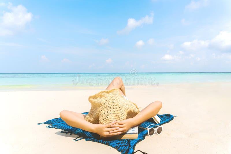 Sommer-Strandurlaub-Frau auf dem Strand in der Freizeit sich entspannen stockfotografie