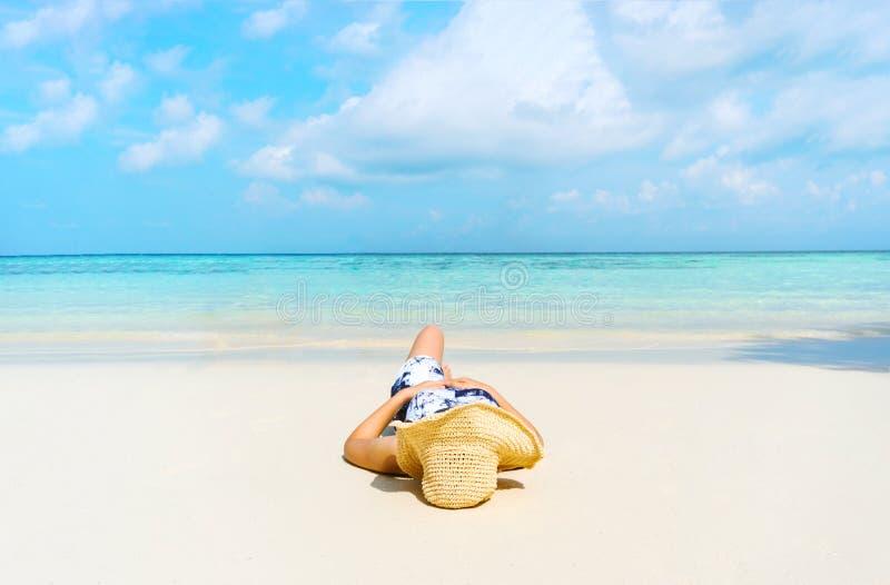 Sommer-Strandurlaub-Frau auf dem Strand in der Freizeit sich entspannen lizenzfreie stockfotos