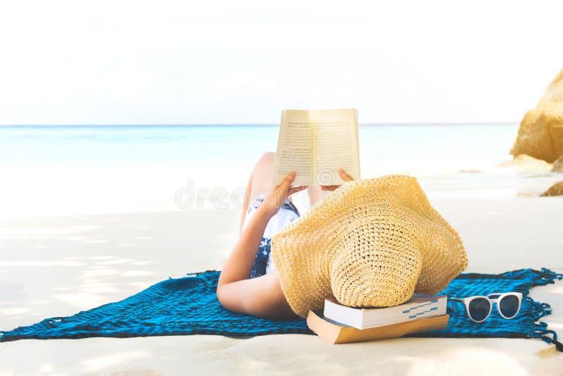 Sommer-Strandurlaub-Frau, die ein Buch auf dem Strand in der Freizeit liest stockfoto