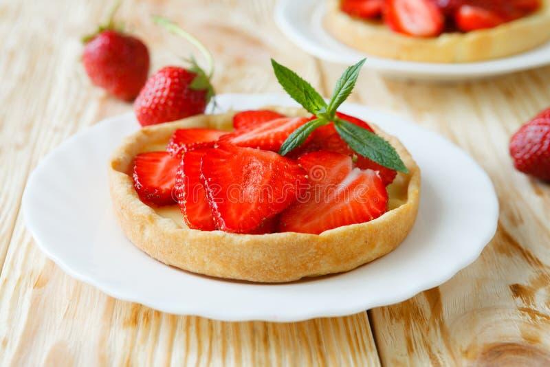 Sommer Tartlet mit Erdbeeren stockfotografie