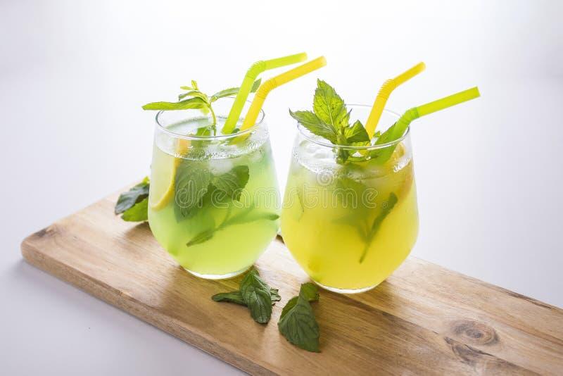Sommer trinkt Limonade mojito mit Eis und Minze auf lokalisiertem Hintergrund stockfotos
