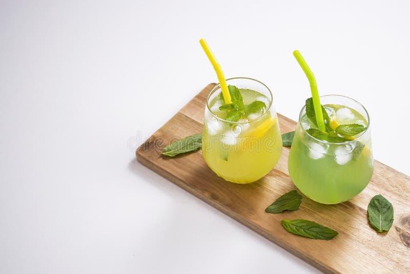 Sommer trinkt Limonade mojito mit Eis und Minze auf lokalisiertem Hintergrund lizenzfreie stockbilder