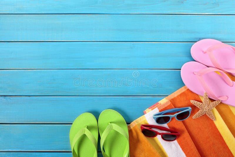 Sommer vaction Strandhintergrund, Flipflops, Sonnenbrille, Kopienraum lizenzfreie stockfotografie