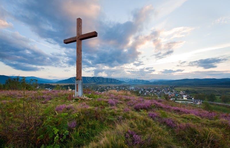Sommerabend-Landansicht mit hölzernem Kreuz stockbilder
