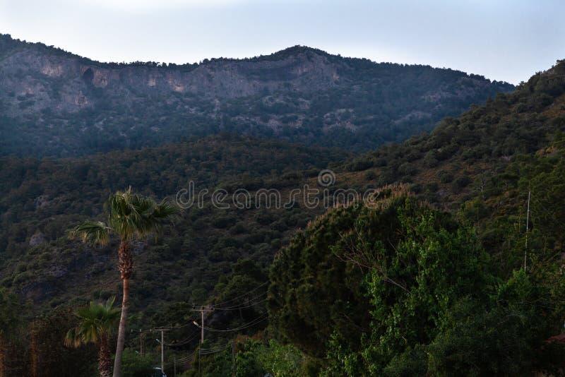 Sommeransicht zu Oludeniz-lmountains Landschaft stockfotografie