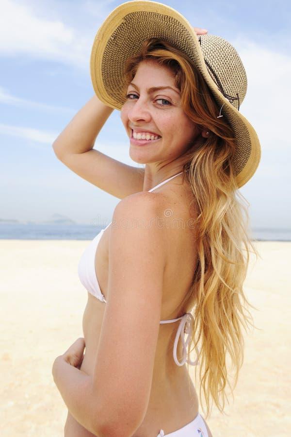 Sommerart und weise: elegante Frau auf dem Strand lizenzfreies stockbild