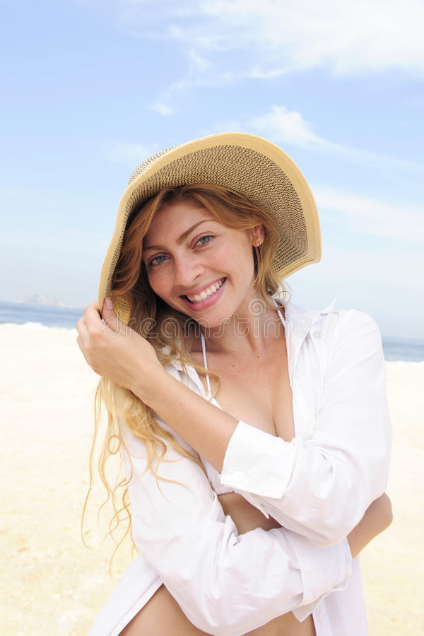 Sommerart und weise: elegante Frau auf dem Strand lizenzfreie stockfotos