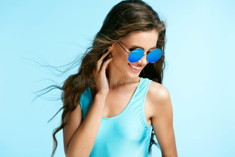 Sommerart und weise Reizvolle Frau in den Sonnenbrillen lizenzfreies stockbild