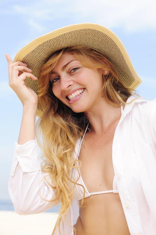 Sommerart und weise: sinnliche Frau auf dem Strand stockfoto