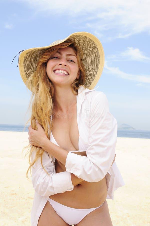 Sommerart und weise: sinnliche Frau auf dem Strand lizenzfreie stockfotografie