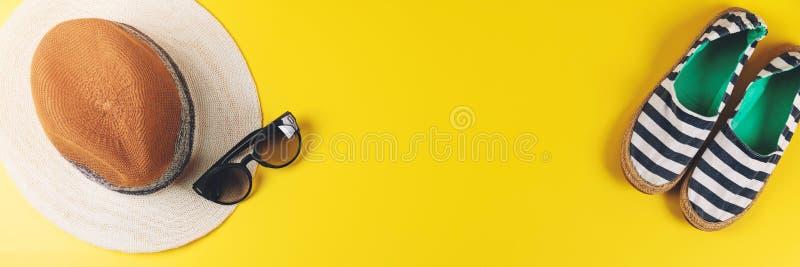 Sommerausstattungszubehör auf gelbem Hintergrund mit Kopienraum lizenzfreies stockbild