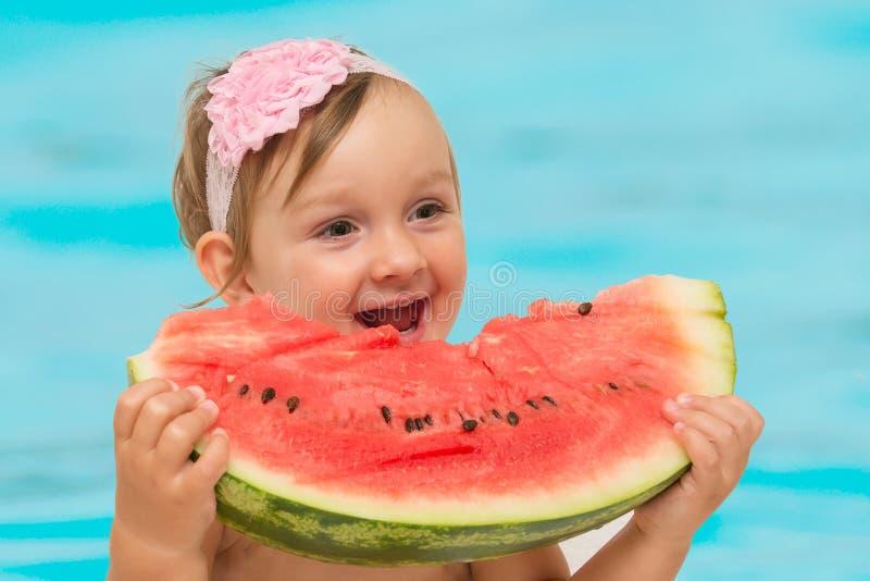 Sommerbaby, das Wassermelone isst stockfotos