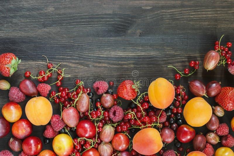 Sommerbeeren und Früchte auf Holz, Hintergründe lizenzfreie stockfotografie