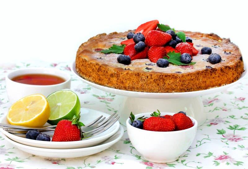 SommerBeerenobstkuchen, festliche Teeparty stockfotos