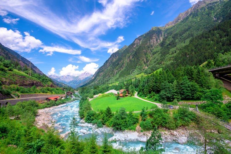 Sommerberglandschaft mit Strom, die Schweiz stockfotografie