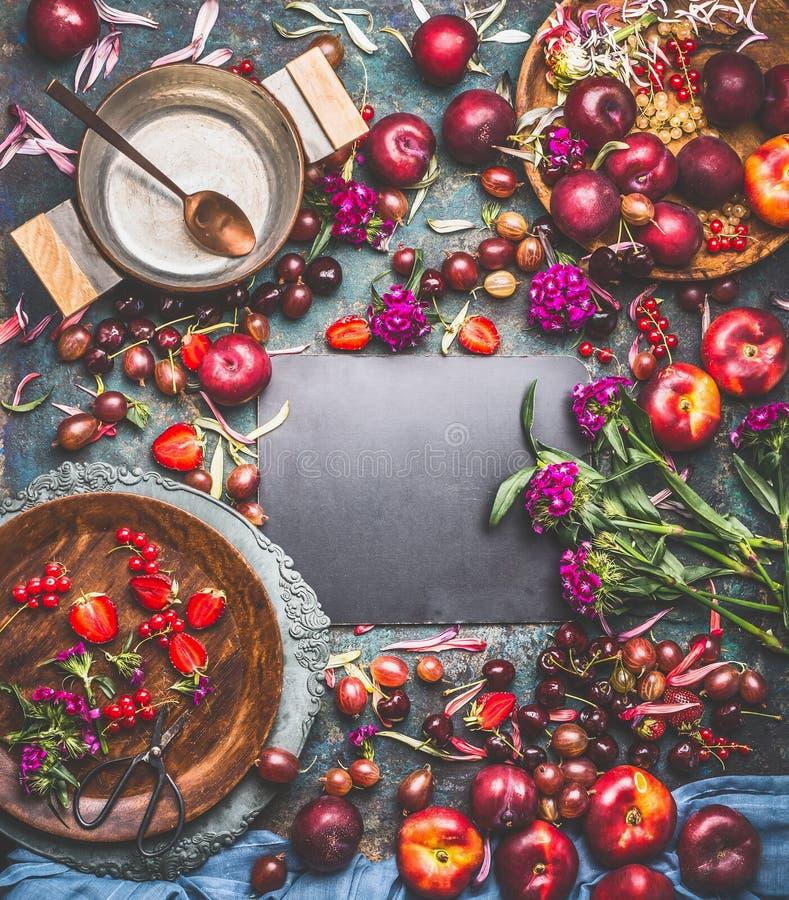 Sommerblüht Saisonfrucht- und -beerenhintergrundrahmen mit Fruchtschüsseln, Topf für den kochenden Stau und Garten stockbild