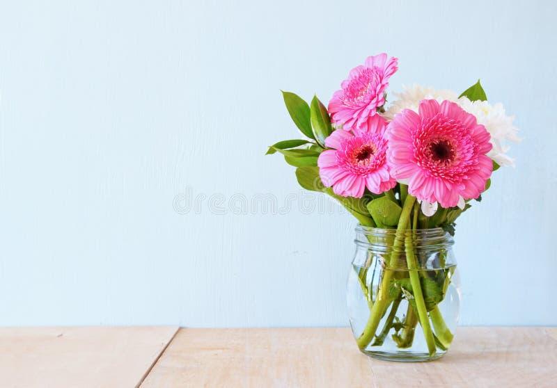 Sommerblumenstrauß von Blumen auf dem Holztisch mit tadellosem Hintergrund Weinlese gefiltertes Bild stockbilder