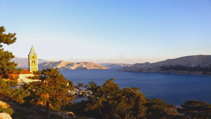 Sommerbuchtufer im adriatischen Meer, Kroatien Ansicht vom H?gel lizenzfreie stockfotos