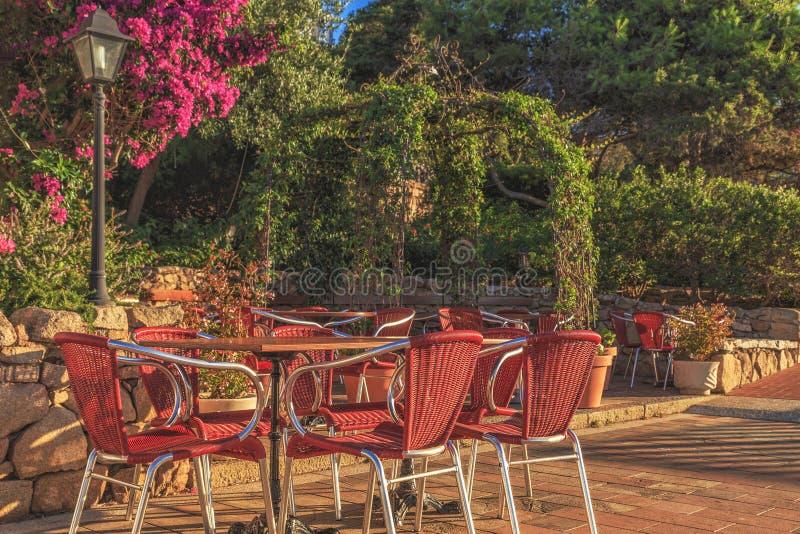Sommercafé im Hafen stockfoto