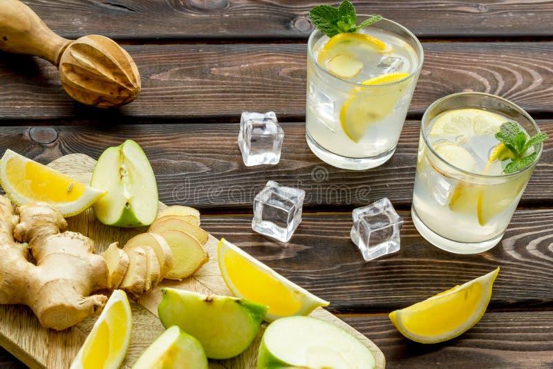 Sommercocktails für Frische mit Apfel, Orange und Eis auf hölzernem Hintergrund lizenzfreie stockfotos