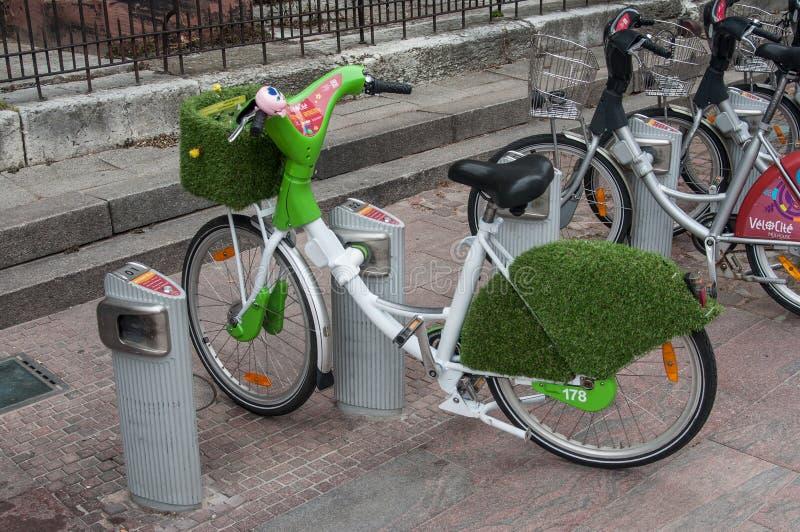 Sommerdekoration mit Gras und Blumen auf Stadtfahrrad machen in Mulhouse Urlaub stockbild
