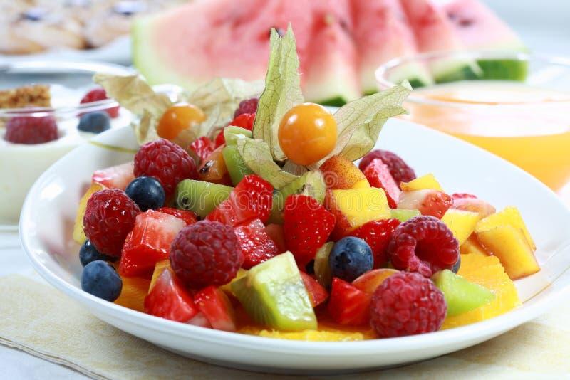 Sommererfrischung - Fruchtsalat lizenzfreies stockbild