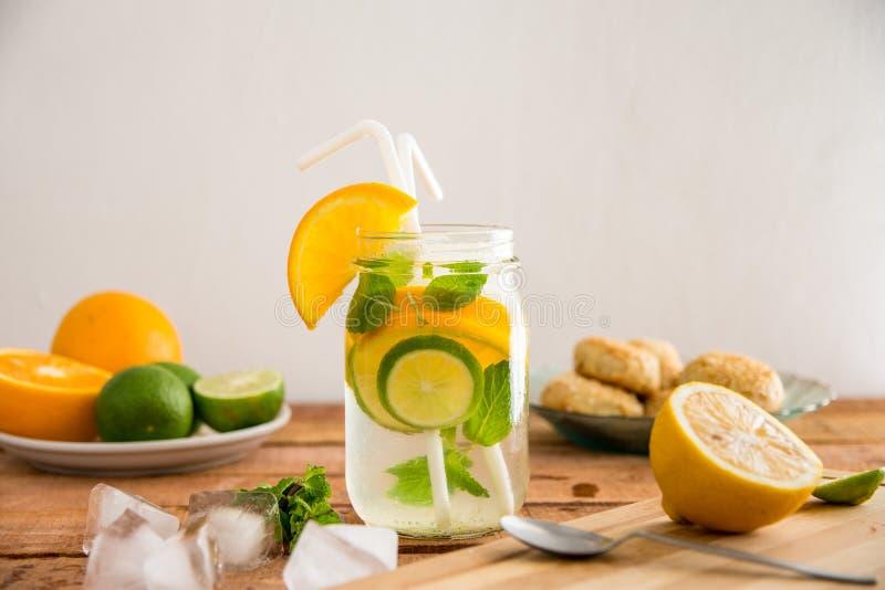 Sommererfrischung, -orange, -zitrone und -kalk gossen gesundes Wahlkonzept des wasser- Stilllebens hinein lizenzfreies stockbild