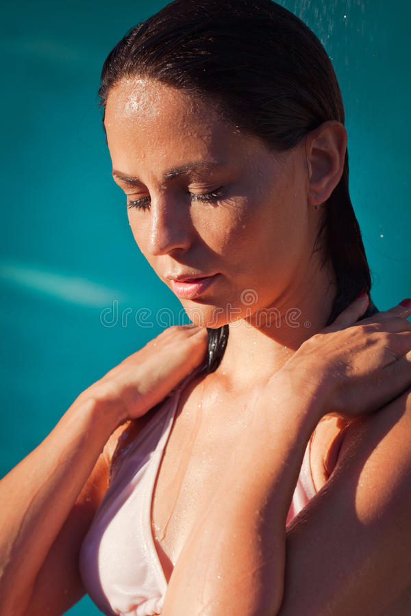 Sommererfrischung unter Dusche lizenzfreies stockbild