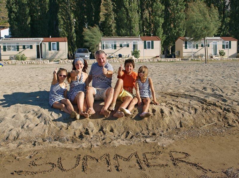 Sommerfamilie greift oben ab stockfoto