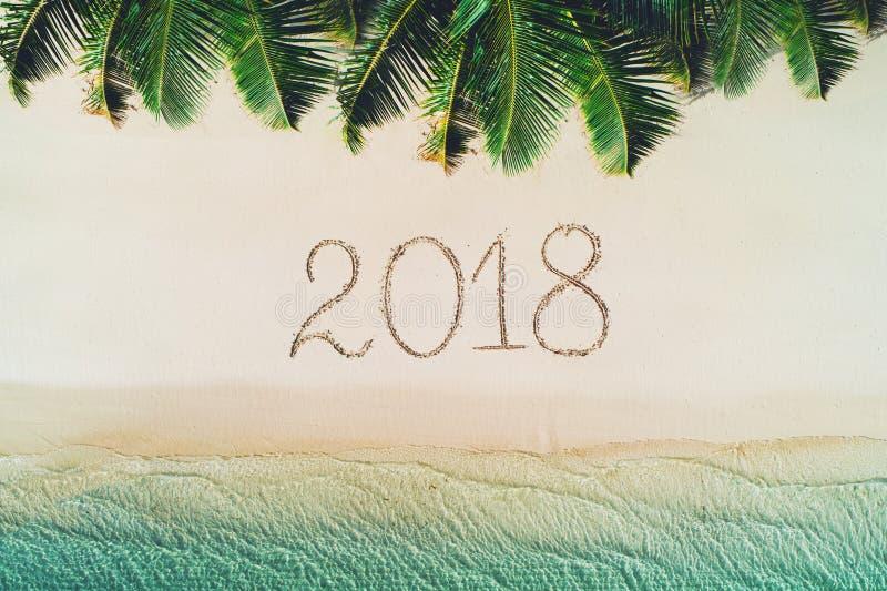 Sommerferien auf Tropeninsel 2018 schreiben auf Strandsand kamerad lizenzfreie stockfotografie