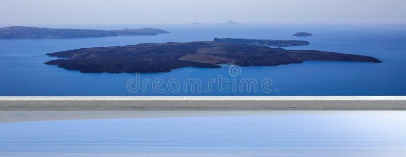 Sommerferien in den griechischen Inseln, Santorini, Griechenland Vulkanansicht über einen Swimmingpool, Fahne lizenzfreie stockfotos