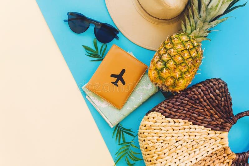 Sommerferien-Ebenenlage stilvolle Tasche, Hut, Sonnenbrille, Pass wi lizenzfreies stockfoto
