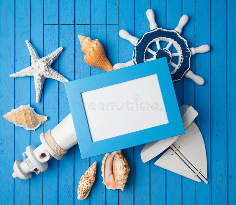 Sommerferien-Ferienfoto-Rahmenspott herauf Schablone mit Seedekorationen lizenzfreie stockbilder