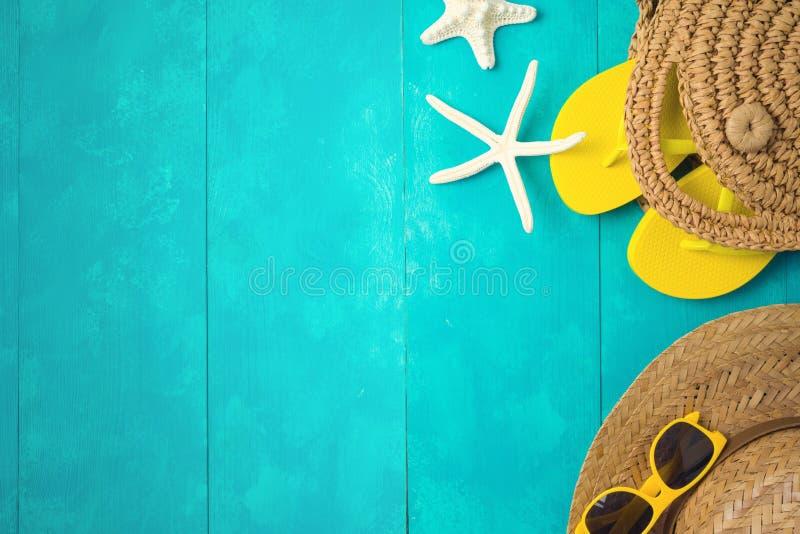 Sommerferien-Ferienkonzept mit Strandzusätzen über blauem hölzernem Hintergrund Draufsicht von oben lizenzfreie stockfotos