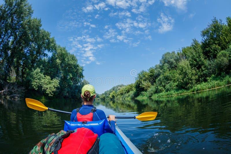 Sommerferien - glückliches Mädchen, das auf Fluss Kayak fährt lizenzfreies stockbild