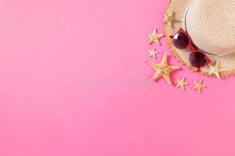 Sommerferien-Strandhintergrund mit Zusätzen auf Holztisch, Draufsicht mit Kopienraum Sch?ne junge Frau an einem Pool lizenzfreies stockfoto