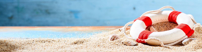 Sommerferien und tropische Strandfahne stockbild