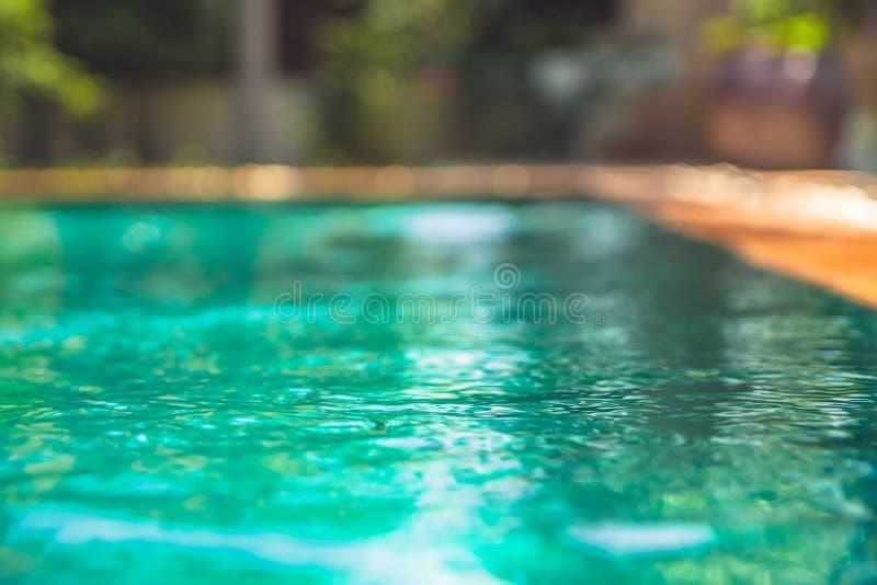 Sommerferien verwischten Hintergrund mit Swimmingpool mit Türkiswasser lizenzfreie stockbilder