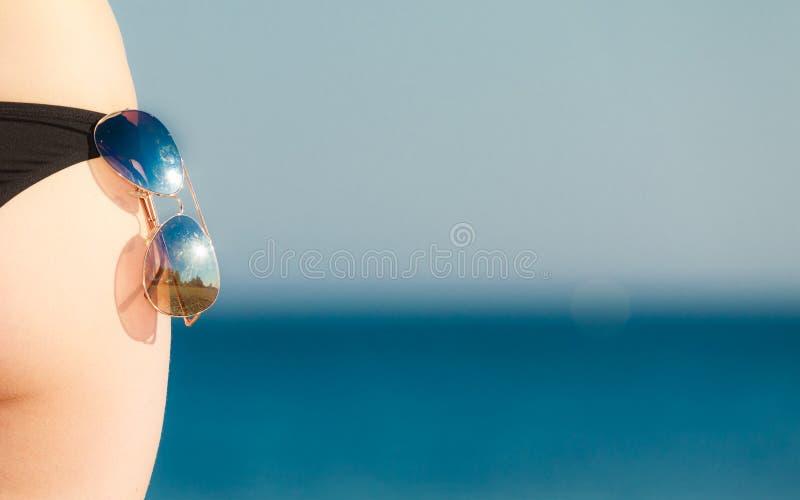 Sommerferien. Weibliche Hinterteile der Nahaufnahme auf Strand stockbilder