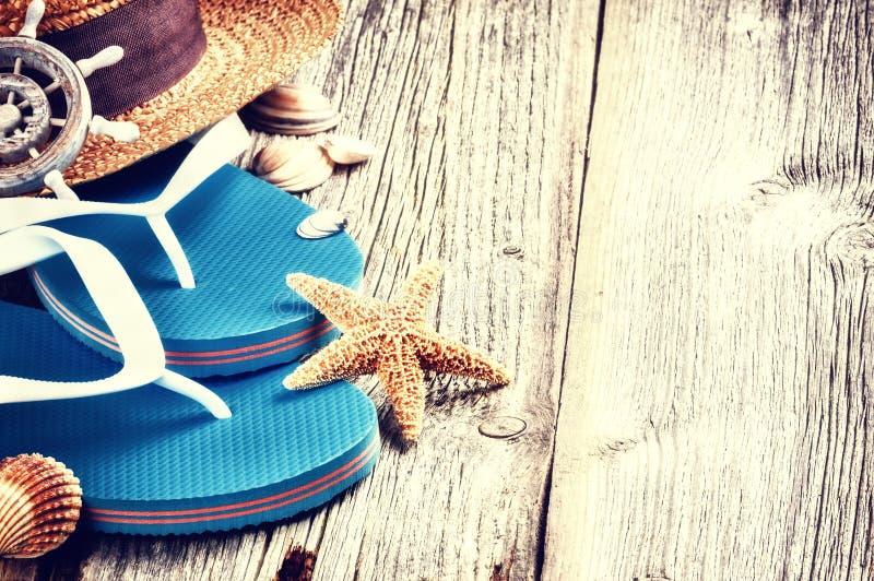 Sommerferieneinstellung mit Flipflops lizenzfreie stockfotos