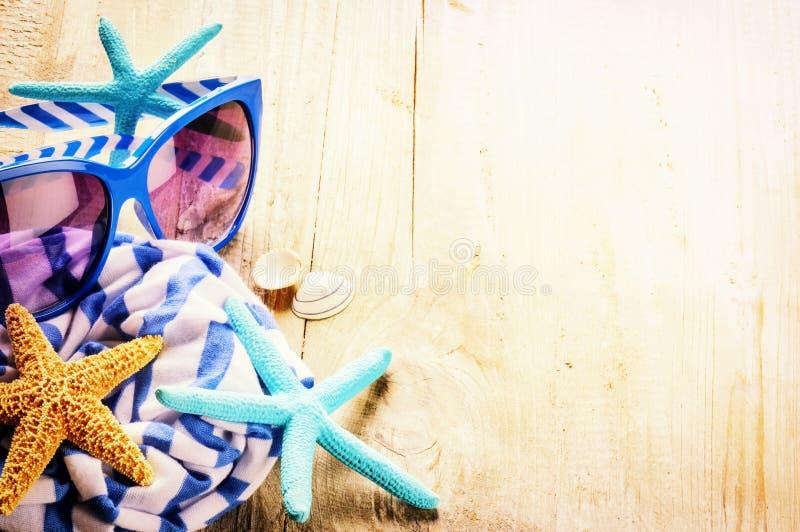 Sommerferieneinstellung mit gestreiftem Schal, Sonnenbrille und starfi lizenzfreies stockfoto