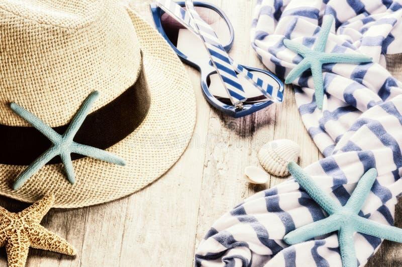 Sommerferieneinstellung mit Strohhut und Sonnenbrille lizenzfreie stockbilder