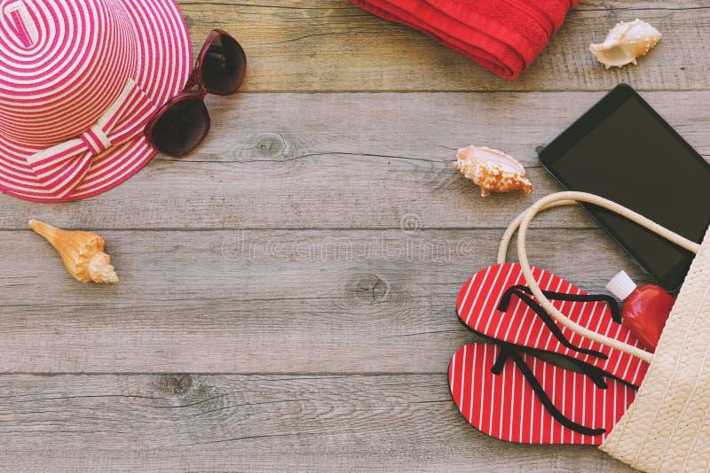 Sommerferienhintergrund mit Strandeinzelteilen und digitaler Tablette Ansicht von oben stockfotos