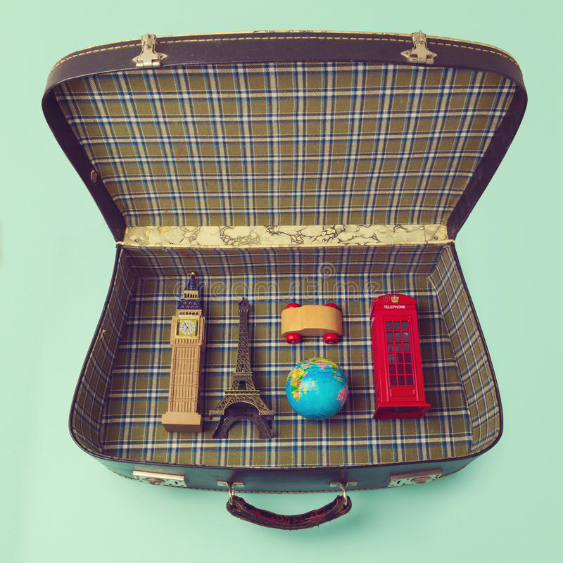 Sommerferienkonzept mit Koffer und Andenken aus der ganzen Welt lizenzfreies stockfoto